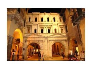 3147091-Porta_Borsari_Verona