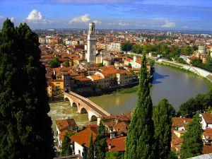 Ponte-Pietra-lungAdige-San-Giorgio-Duomo-di-Verona-e-Campanile-Da-Castel-San-Pietro-a18583871